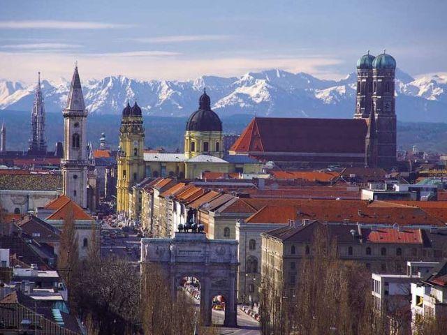 München Skyline mit Blick auf die Alpen, Foto: Johns Bavarian Tours Munich