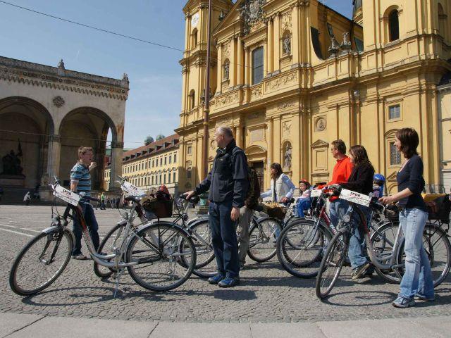 Gruppe mit Fahrrädern auf dem Odeonsplatz, Foto: Spurwechsel
