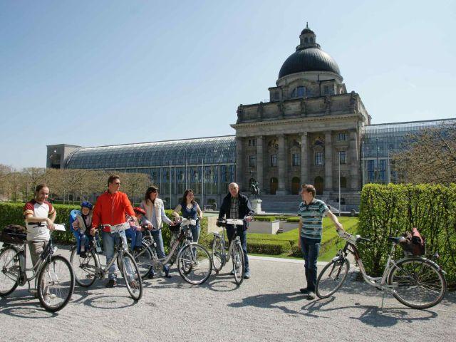Fahrradfahrer im Hofgarten vor der Staatskanzlei, Foto: Matthias Wurm