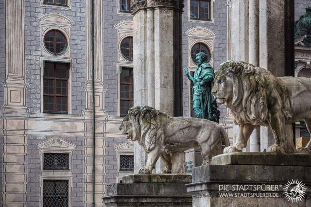 Feldherrnhalle (Odeonsplatz) mit den Löwen, Foto: Die Stadtspürer
