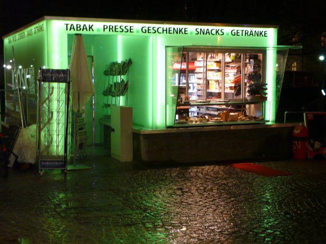 Der Kiosk an der Münchner Freiheit bei Nacht, Foto: Mark Read