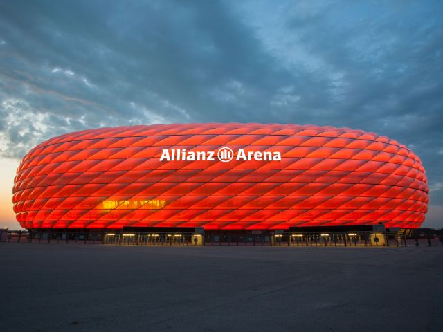 Die rote Allianz Arena in der Abenddämmerung, Foto: Allianz Arena/B. Ducke