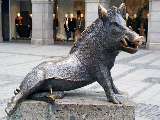 Wildschweinstatue vor dem bayerischen Jagdmuseum