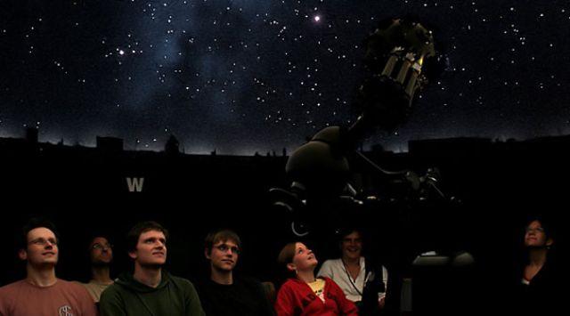 Volkssternwarte Planetarium mit Besuchern, Foto: Volkssternwarte