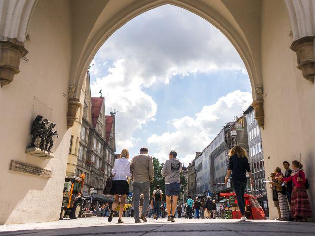 Menschen gehen durch das Karlstor , Foto: muenchen.de/Lukas Fleischmann