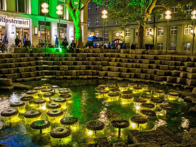 Der Brunnen vor dem Frauenplatz bei Nacht, Foto: muenchen.de/Michael Hofmann