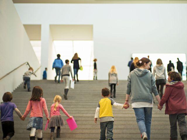Kinder in der Pinakothek der Moderne, Foto: Falk Kagelmacher