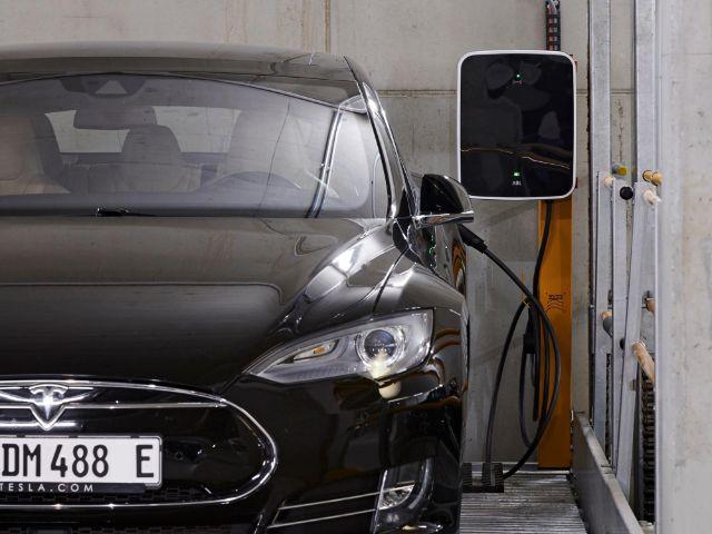 Tesla an einer Ladestation, Foto: SWM