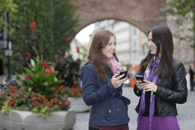M-WLAN Sendlinger Tor Platz: Zwei junge Frauen mit Smartphones, Foto: SWM