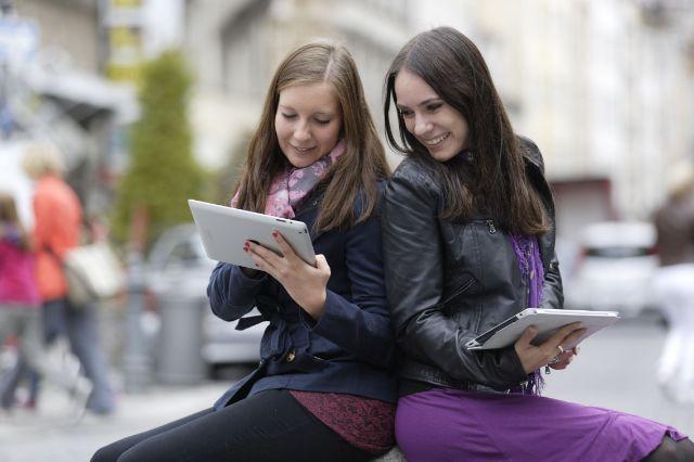 M-WLAN Sendlinger Tor Platz: Zwei junge Frauen mit Tablets, Foto: SWM