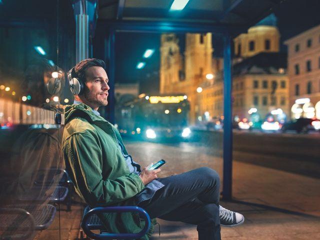 Mann wartet an Bushaltestelle, Foto: SWM