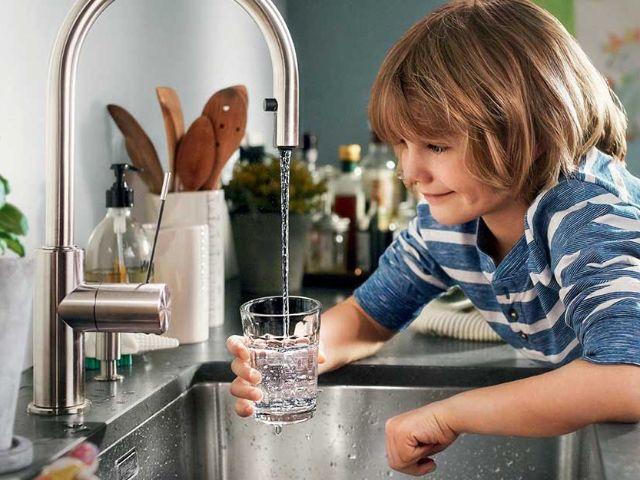 Junge füllt Glas mit Leitungswasser, Foto: SWM