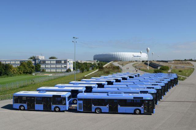 Flotte der MVG-Buszüge vor der Allianz Arena, Foto: SWM/MVG