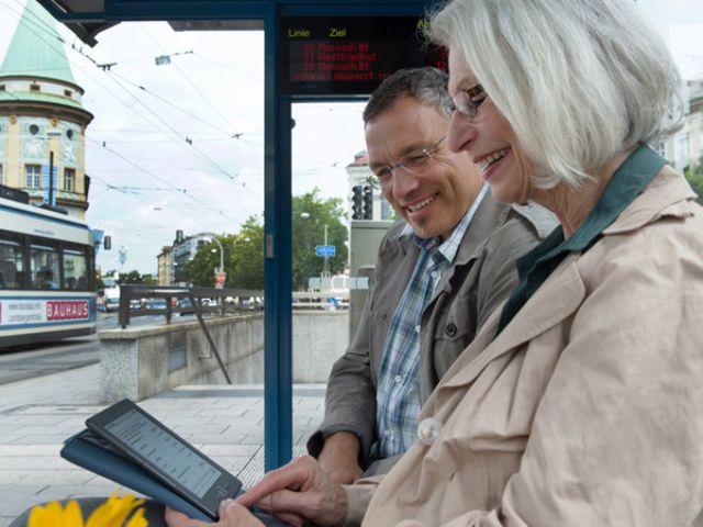 Pärchen staunt über HandyTicket auf dem Tablet PC, Foto: SWM/MVG