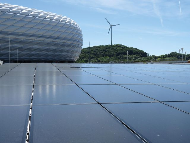 Windrad hinter der Allianz Arena, Foto: SWM