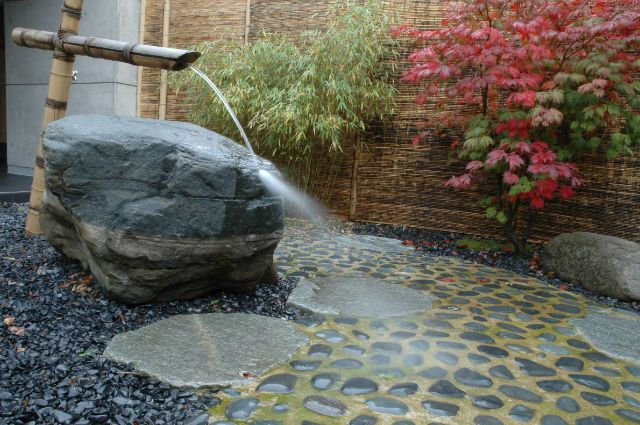 Asian wellness garden with flowing water torrents, pathways, relaxation spots., Foto: SWM