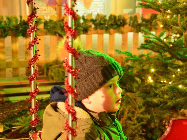 Kind am Weihnachtsdorf Pasing Arcaden