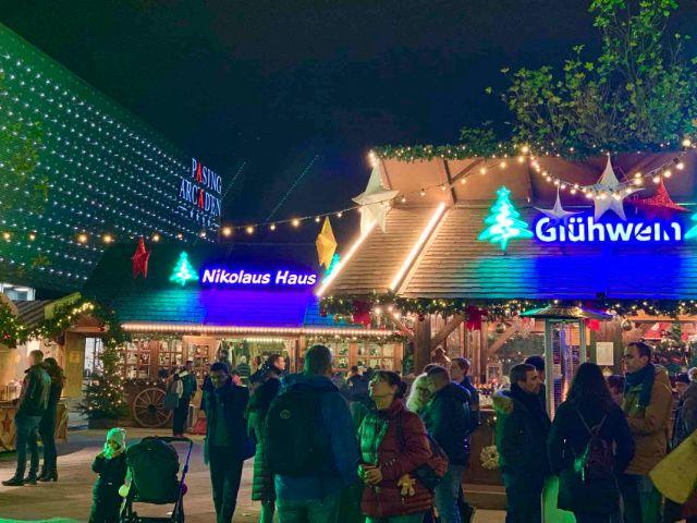 Weihnachtsdorf am Vorplatz der Pasing Arcaden