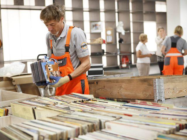 Mitarbeiter des AWM sortiert Schallplatten in der Halle 2, Foto: AWM
