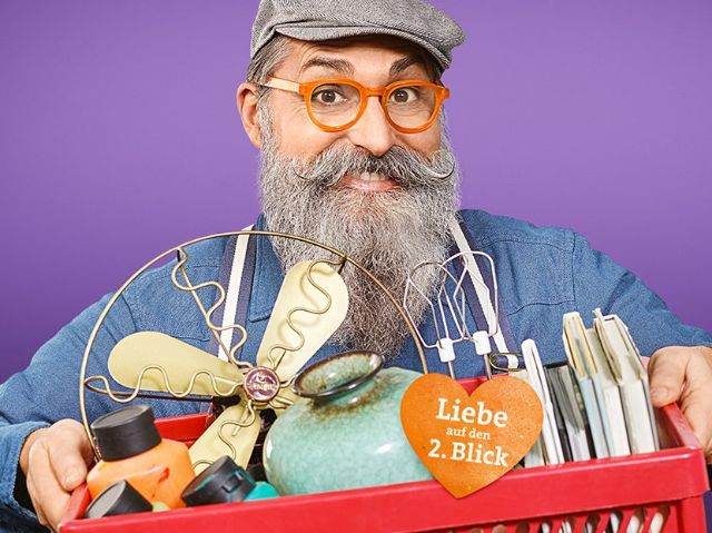 Mann mit Bart und gebrauchten Gegenständen, Foto: AWM