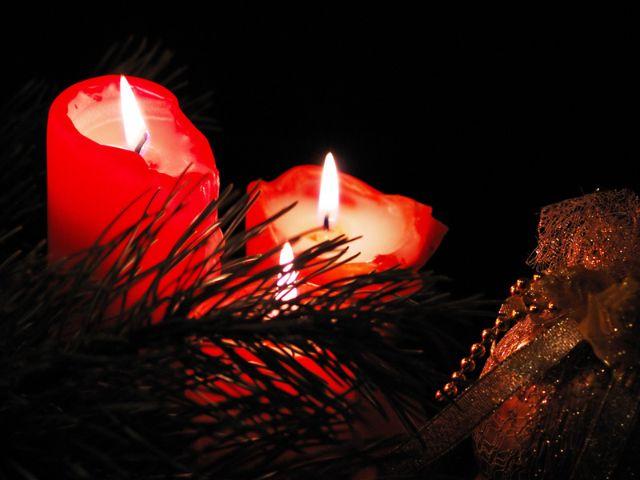 Am Adventskranz brennen Lichter, Foto: Shutterstock