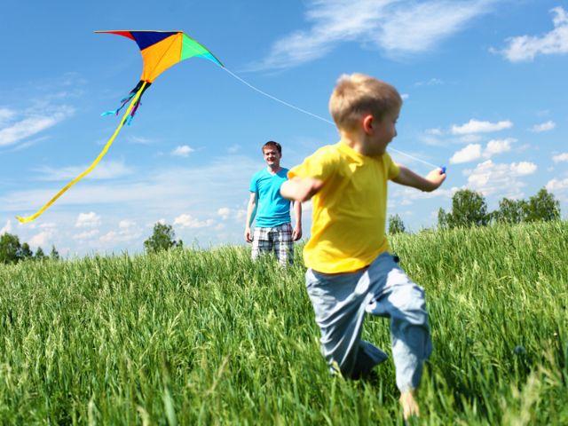 Junge mit Winddrachen, Foto: Shutterstock