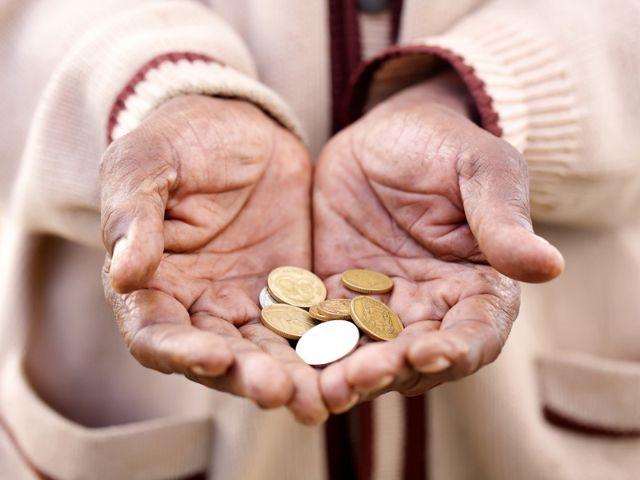 Ausgestreckte Hände mit Geldmünzen bittet um Spende, Foto: Shutterstock