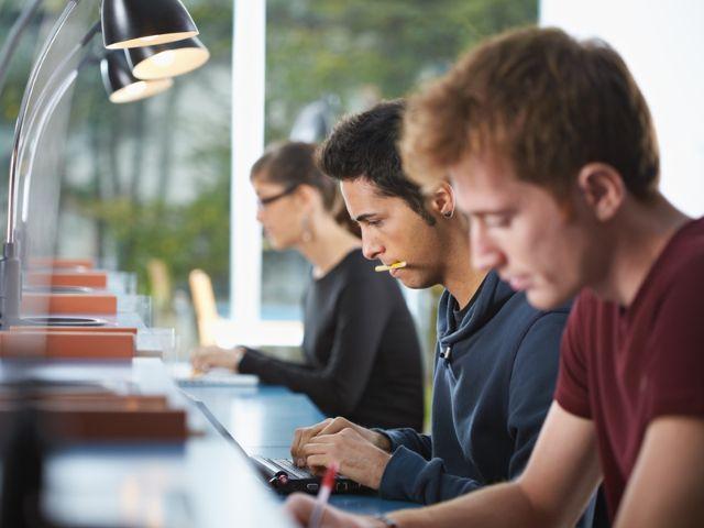 Studenten in Bibliothek