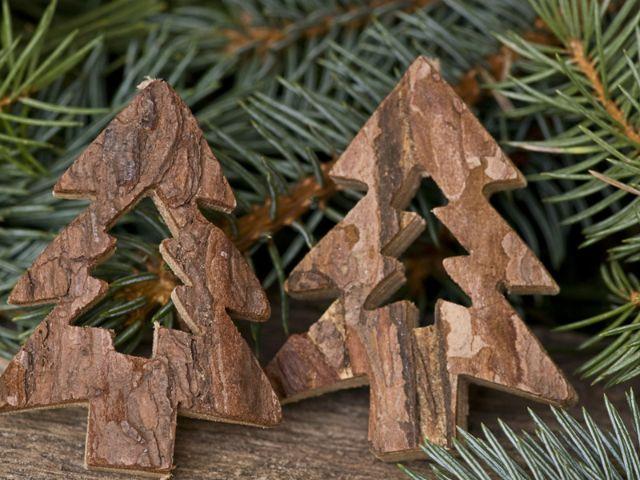 Geschnitzte Weihnachtsbäume aus Holz, Foto: Shutterstock