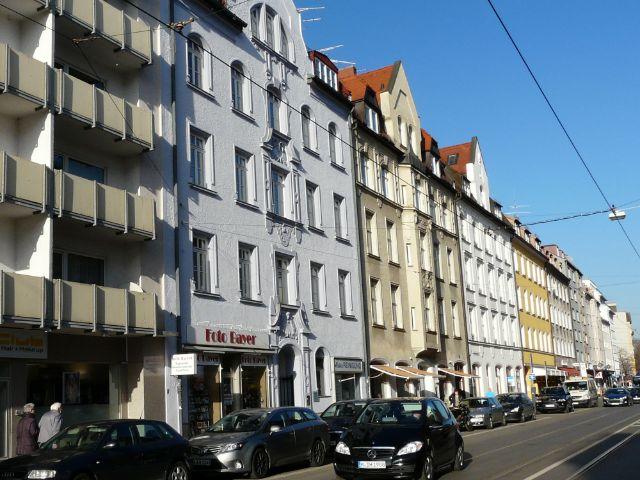 Häuserreihe an Strasse, Foto: Christian Brunner