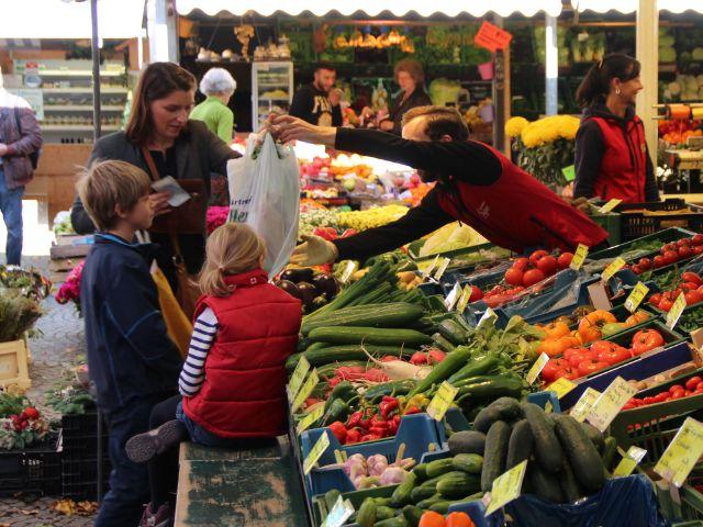 Familieneinkauf am Pasinger Viktualienmarkt, Foto: Christian Brunner