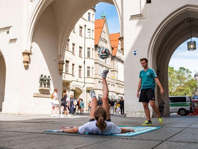 Fußball-Freestyle am Stachus, Foto: Anette Göttlicher