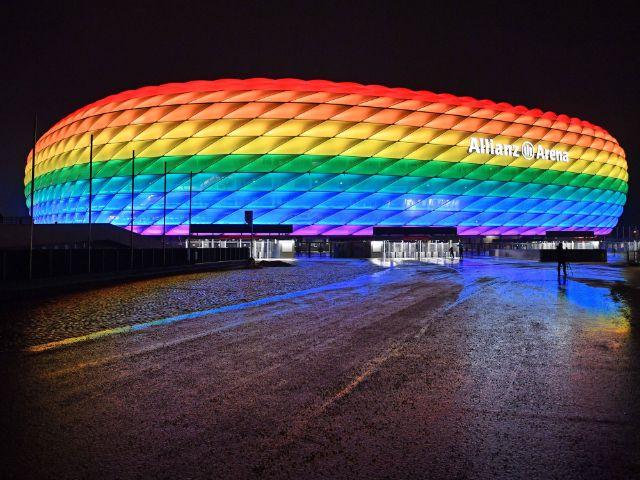 Allianz Arena leuchtet in Regenbogenfarben, Foto: Imago / Sven Simon (Archivfoto)