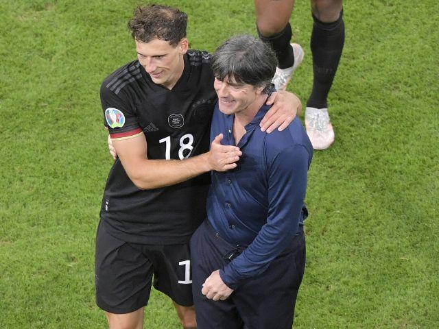 Leon Goretzka und Bundestrainer Joachim Löw nach dem 2:2 gegen Ungarn, Foto: Imago / MIS