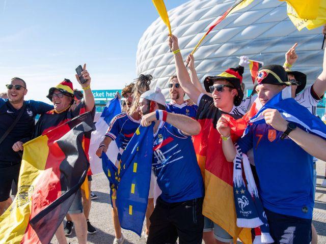 Deutsche und französische Fans feiern gemeinsam an der Münchner Fußball Arena, Foto: IMAGO / kolbert-press