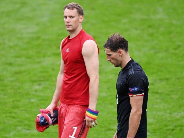 Manuel Neuer und Leon Goretzka enttäuscht nach dem Achtelfinal-Aus gegen England bei der EURO 2020, Foto: IMAGO / ULMER