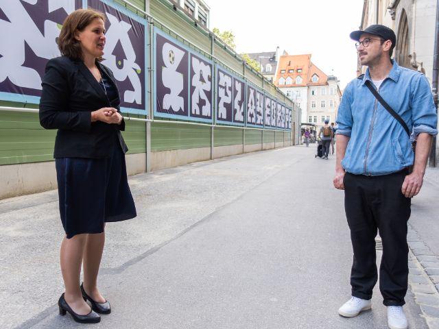 Bürgermeisterin Verena Dietl und der Künstler Johannes Brechter vor FAIRPLAYEUROPE am Rathaus, Foto: Anette Göttlicher