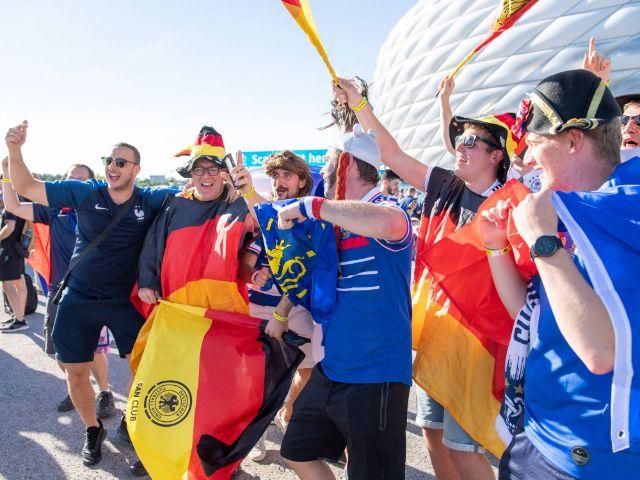 Feiernde Fans vor dem Gruppenspiel Frankreich gegen Deutschland in der Fußball Arena München, Foto: IMAGO / kolbert-press