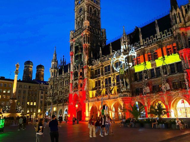 Lichtaktion zur EM am Rathaus in München, Foto: Anette Göttlicher