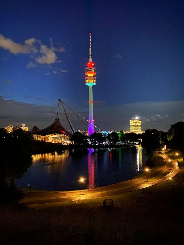 Der Olympiaturm in Regenbogenfarben, Foto: Philipp Hartmann