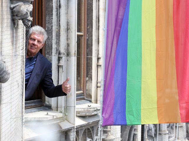Dieter Reiter mit Regenbogenfahne, Foto: Presseamt München