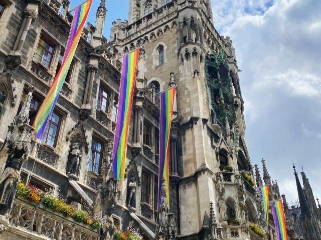 Regenbogenflaggen am Neuen Rathaus, Foto: Anette Göttlicher