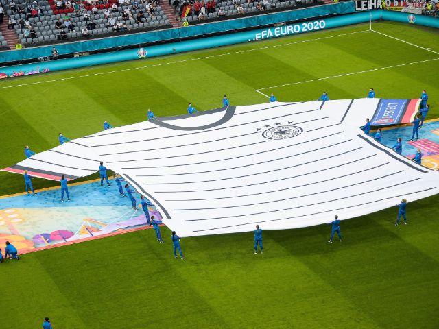 Das deutsche EM-Trikot in Übergröße auf dem Rasen der Fußball Arena München, Foto: IMAGO / PanoramiC