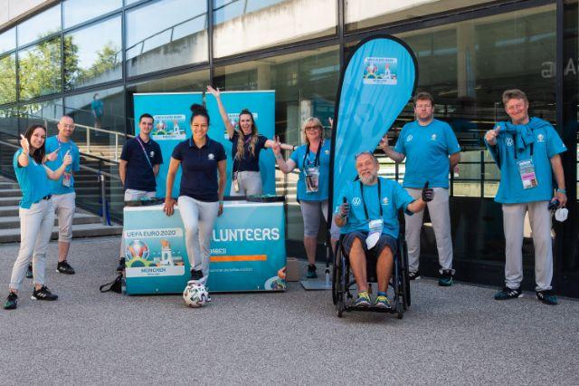 Célia Šašić, Volunteers-Botschafterin der UEFA EURO 2020, mit den Münchner Freiwilligen, Foto: Anette Göttlicher