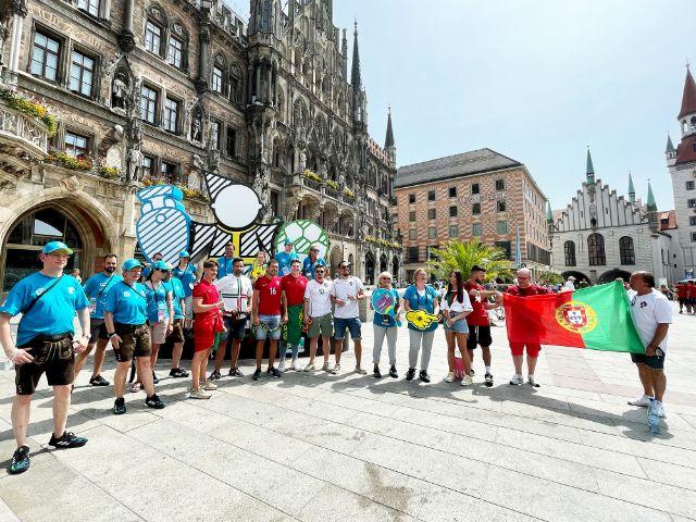 Volunteers helfen portugiesischen Fans, Foto: Gunnar Jans