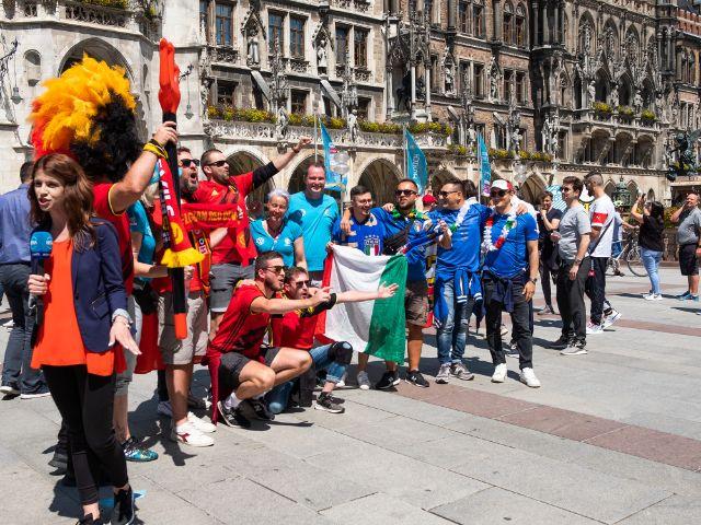 Italienische und belgische Fußballfans auf dem Marienplatz bei der UEFA EURO 2020, Foto: Anette Göttlicher