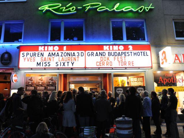 Kinopublikum vor dem Rio., Foto: DOK.fest München