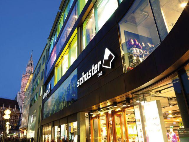 Sporthaus Schuster - Außenaufnahme am Abend, Foto: Markenkultur PR