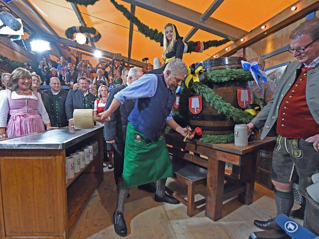 Der Münchner Oberbürgermeister Dieter Reiter (SPD) sticht am 17.09.2016, am Eröffnungstag des Oktoberfestes in München das erste Fass Bier an. , Foto: dpa