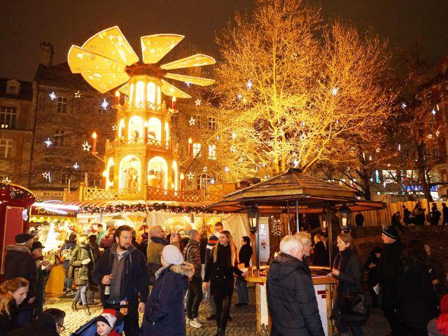 Leute beim Weihnachtsmarkt, Foto: muenchen.de/ Dan Vauelle